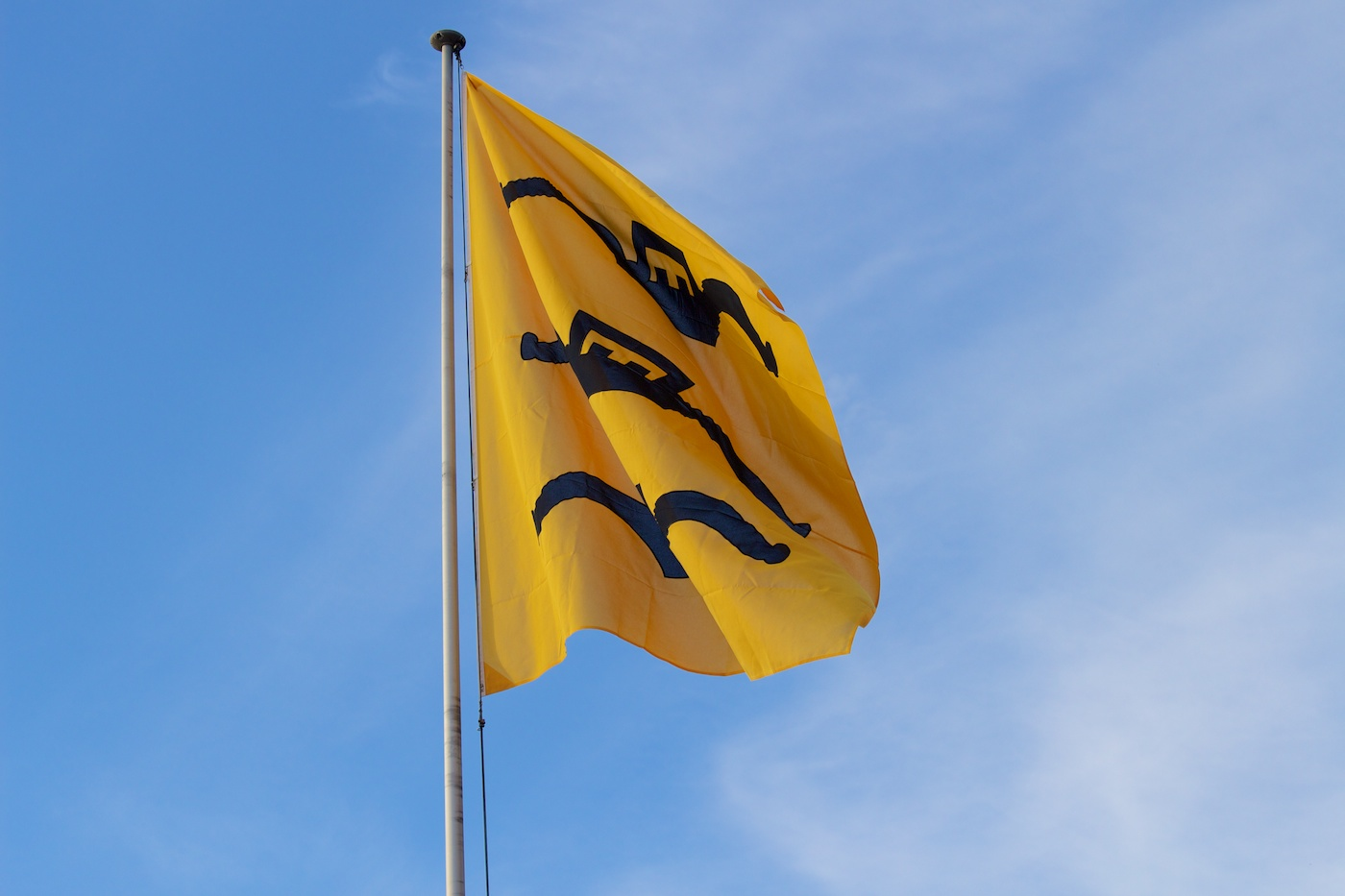 Fahne der Gemeinde Herrliberg am Zürichsee im Hafen, der neuen Heimat unserer mOcean